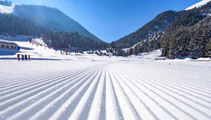 How ski grooming patterns affect visibility in the snow